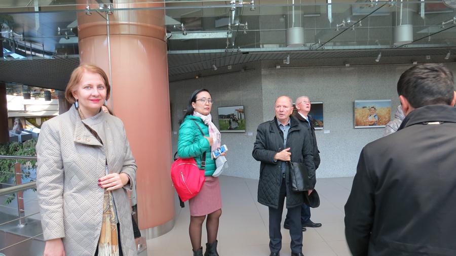 Профессиональную экскурсию по зданию Национальной библиотеки Беларуси провел соавтор проекта,  дважды лауреат Государственной премии архитектор Виктор КРАМАРЕНКО
